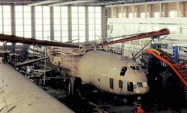 Первый экземпляр вертолета В-12 в сборочном цехе завода № 329 в Панках.