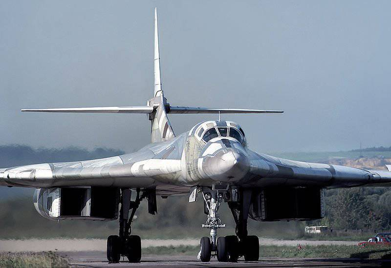 1361728841_800px-Tupolev_Tu-160_in_1993