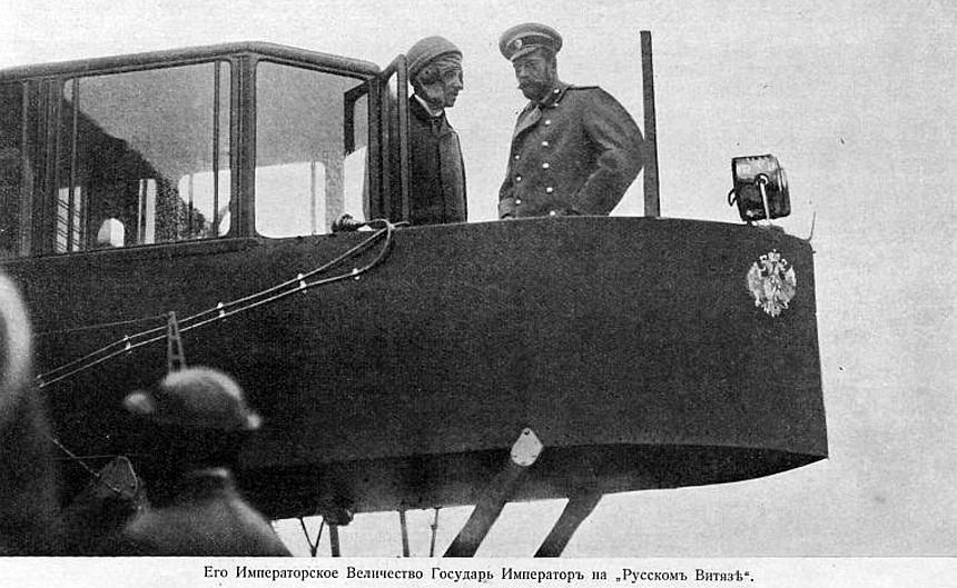 Российский Государь Император Николай II осматривает самолет